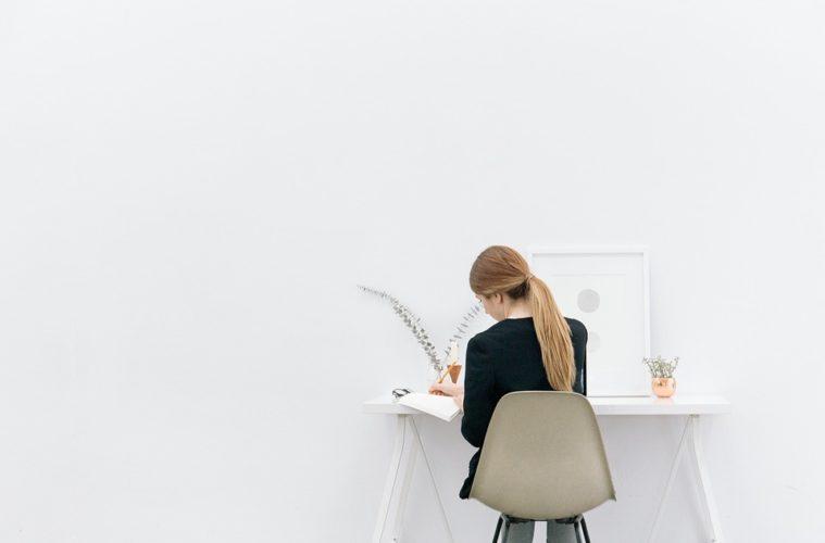 witte minimalistische bureaus