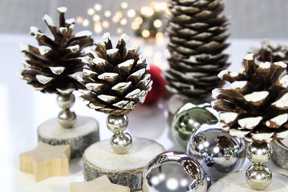 dennenappels op een boomstam kerstdecoratie