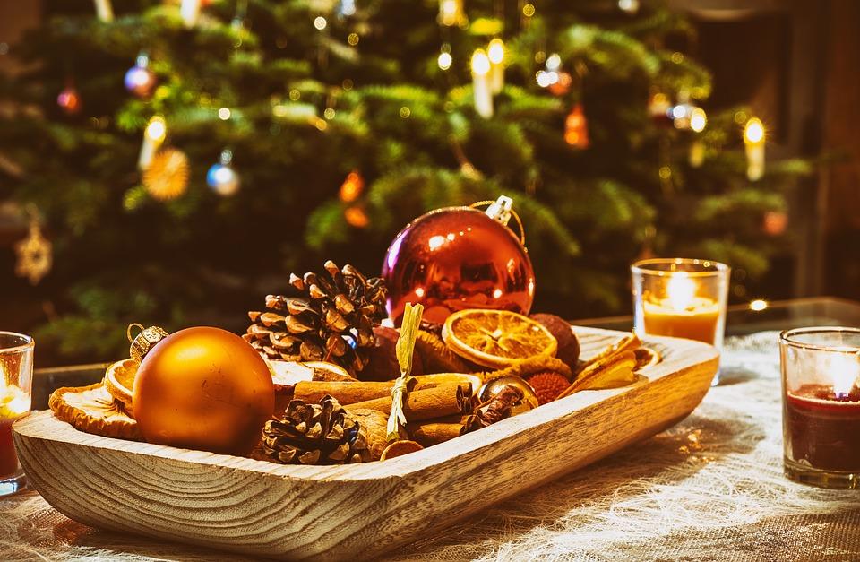 gevulde schaal met kerstartikelen ter decoratie
