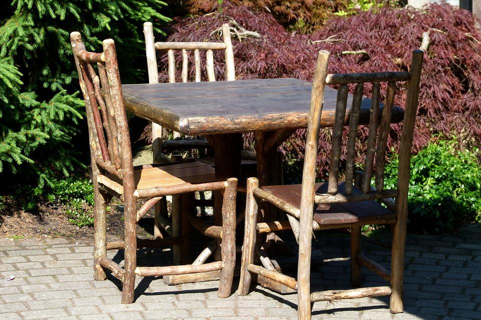 stoelen gemaakt van takken